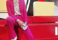 朱丹37歲了又如何?穿熒光粉西裝美得好高調,短髮微卷盡顯知性美