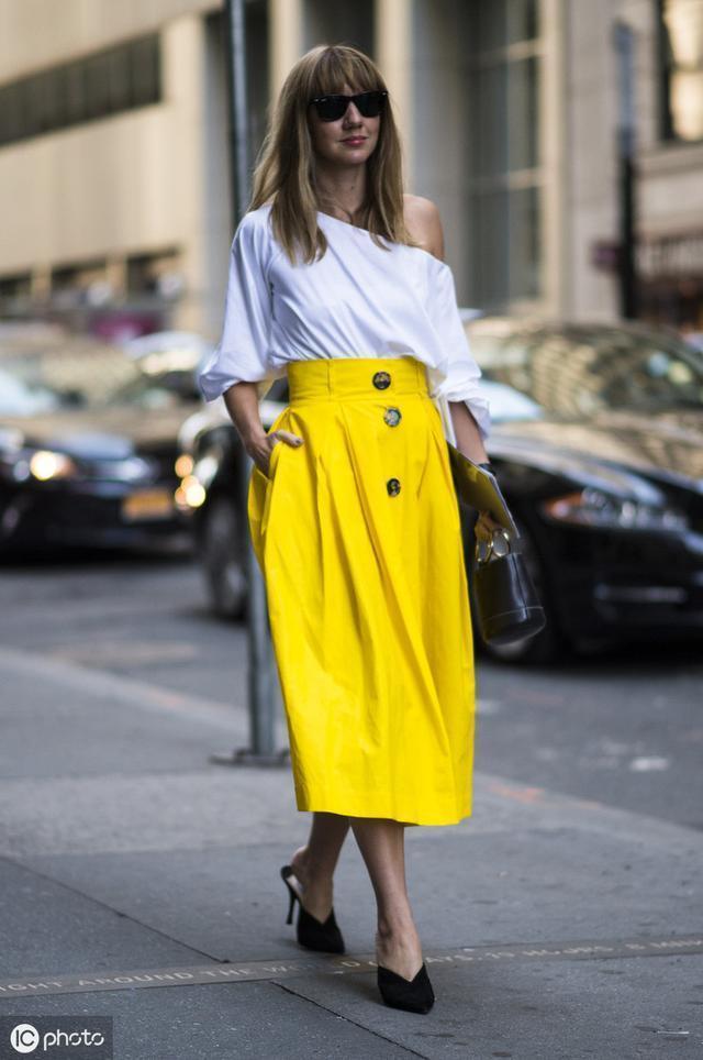 女人不管多少歲,穿T恤少配牛仔褲,半身裙才是適合你的單品