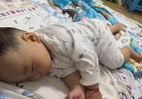 狠心父親睡覺的時候竟敢這麼對待寶寶,可憐寶寶一輩子都被毀了