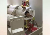 媽媽獨自帶娃在廚房忙,讓寶寶等媽媽,寶寶的表現看得人心酸!