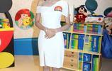TVB麥明詩出席活動,身著一襲斜肩白色連衣裙,精緻而顯幹練!