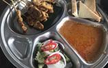 曼谷街頭仨人吃飯花了70多元!大盤飯、排骨湯、沙爹肉串全都有!
