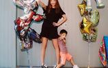 模範夫妻陳小春和應採兒,一家三口近照,甜美幸福,兒子像爸爸