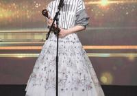 一模一樣的套裙,韓雪戚薇愣是沒穿出味,53歲鄔君梅卻穿出氣質美