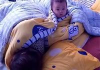 媽媽還沒起床呢,寶寶已經在看動畫片了,網友:小眼神真可愛!