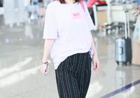 吳昕現身機場,條紋闊腿褲穿出大長腿,領口戴髮卡更是減齡可愛