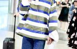 井柏然架黑超穿寬鬆條紋衫現身機場,酷酷的表情好似一枚高冷學長
