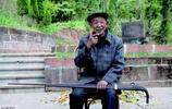 86歲老人是家族第13代守墓人,兒子不願意接班,說光幹這養不起家