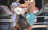 賈斯汀比伯泳池遊玩熱情擁抱女粉絲,滿身紋身和騷氣花短褲亮了