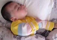 日常帶娃時,這兩個動作容易導致寶寶歪脖子,父母要注意避免