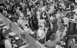 1940年代私家車也是美國人奢侈品,出門也要擠公交