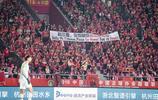中超第9輪河北華夏幸福輸給河南建業,看臺球迷打出下課的條幅