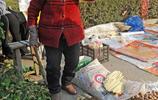 山西89歲老人自做鍋箅子到集市上售賣,孫媳婦怕有閃失全程陪護