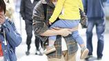 朱丹無懼素顏帶娃現身機場,對鏡甜笑親和接地氣