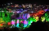 中國唯一一個掛在瀑布上的千年古鎮,晚上八點以後不收門票!