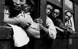 老照片:日軍投降後返回日本實拍,圖2兩名日軍俘虜在站臺抽菸!