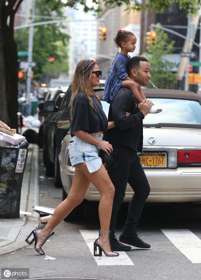約翰·傳奇與克麗絲·泰根帶女兒出街,一家人好不和睦