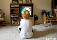 男孩五週歲了,看動畫片看了很長的時間,他爸就把電視關了,然後他就開始打爸爸和媽媽,這樣的孩子問題出在哪裡?