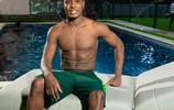 上海綠地申花俱樂部當家球星伊哈洛晒出自己的照片,標準八塊腹肌