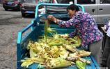 大媽在賣玉米老漢三輪車上翻來翻去,一個多小時,她也沒買玉米,老漢不高興了,知道情況後,還要幫助大媽