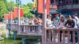 國慶假期接近尾聲,上海城隍廟依然人擠人