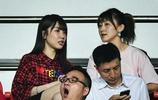 郜林的妻子與鄭智的妻子一起觀看亞冠第三輪的比賽
