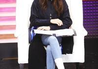 迪麗熱巴用襪子包住牛仔褲腿,還能塞進短靴裡,腿細才敢這樣穿啊
