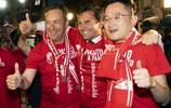 格拉納達足球俱樂部升入西甲聯賽,球隊主席蔣立章與球員一起慶祝