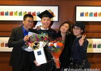 苗僑偉攜妻女參加25歲兒子大學畢業典禮,一家四口近照罕見曝光!