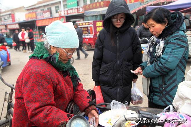 """農村8旬老人賣1種""""稀罕物"""",她說家家離不了,吃了會發財"""
