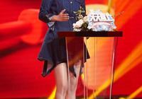 閆妮狀態真好,穿牛仔短裙配高跟鞋優雅減齡,這身材看不出有48歲