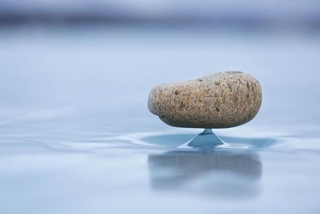 國家地理攝影美圖,俄羅斯貝加爾湖上的奇石,知道如何形成的嗎?