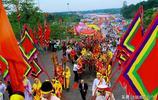 實拍越南祭祀國祖神農氏炎帝后裔雄王,身穿漢式服飾舉著漢字標牌