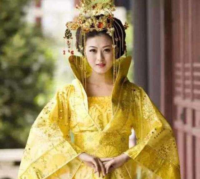 他身為皇帝,生前被兩個女人控制,妻子給他帶綠帽也沒有阻止