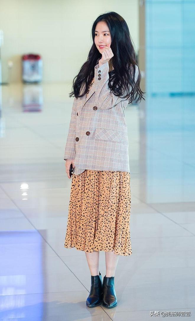 孫娜恩甜美穿搭展現優雅好氣質,對鏡揮手撩發親和養眼