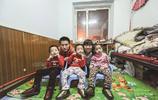 90後媽媽喜得三胞胎,1歲時卻發現三個女兒全是腦癱,父母不放棄