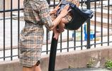 超模伊莉娜攜女兒出街,2歲Lea吊帶裙美成小公主,女兒潮範不輸媽