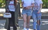 克里斯汀·斯圖爾特外出就餐,白T短褲運動鞋,簡約帥氣又有氣場