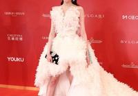 """關曉彤終於擺脫""""紅毯黑洞""""了,白色蓬蓬禮服,好似高貴公主"""