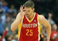 季前賽場均僅2.8分2.3個籃板,卻手握千萬年薪,連周琦都比他出彩
