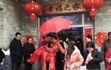 新年第一天,皖西鄉村婚禮,新娘穿紅鞋踩米桶,親家拽連刀肉……