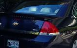 夫婦發現黑熊靠近自己愛車,接著拍下了黑熊作案過程