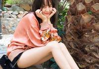 迪麗熱巴晒出遊照,額前一片假劉海,網友:劉海雖假,長腿卻真
