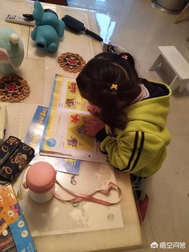 我兒子四歲半,每天學英語背不會就被他媽媽至少打一次,會不會給孩子以後造成學習陰影?
