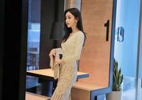 孫允珠搭配米白色V領蕾絲鏤空下襬套裙 韶顏淡妝
