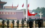黨的十九大隆重開幕 眾多遊客觀看天安門廣場升國旗儀式