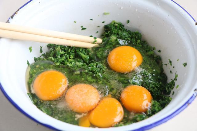 3月別用韭菜炒雞蛋了,它比韭菜營養,又香又好吃,吃一口停不了