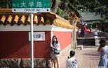 """青島新晉網紅街,吸引眾多年輕人打卡拍照,稱為""""轉角遇到愛"""""""