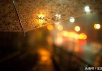穿過城市的夜空