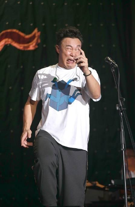 陳奕迅老婆另類打扮助陣老公演唱會,陳奕迅奔潰直翻白眼